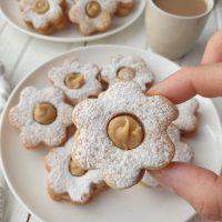 עוגיות סנדוויץ' במילוי שוקולד לבן קפה