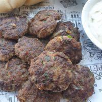 קציצות בשר מטוגנות עם כפית שמן