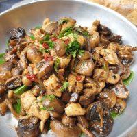 סלט חם של עוף ופטריות